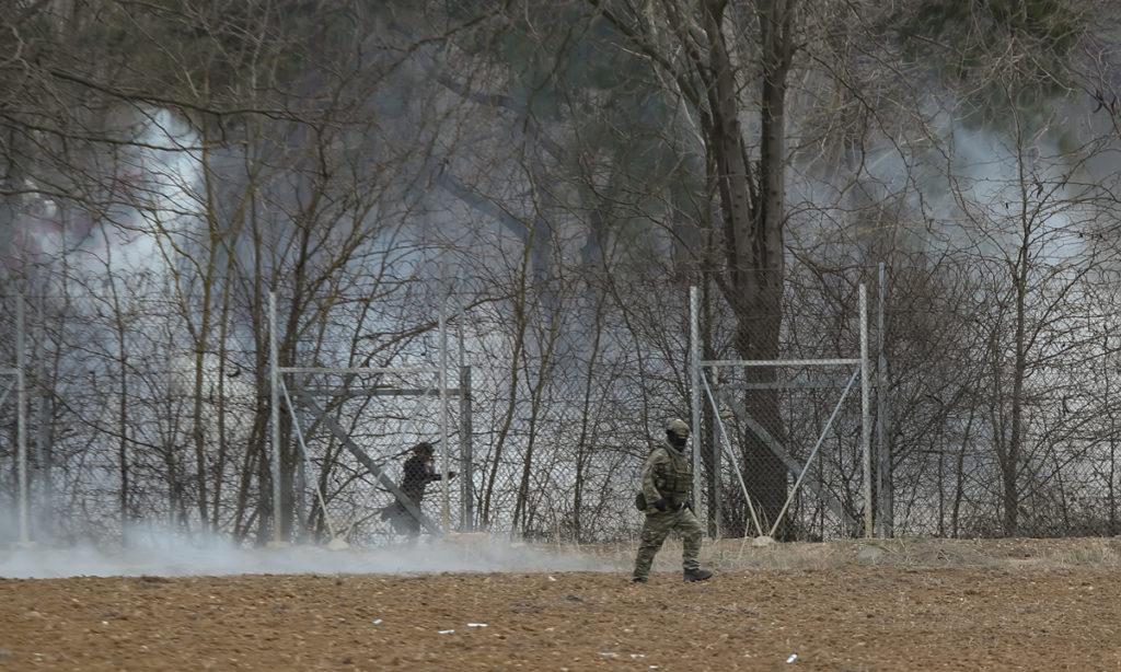 """Οι Τούρκοι """"βομβαρδίζουν"""" χημικά στις δυνάμεις που βρίσκονται στην Ελληνική πλευρά"""